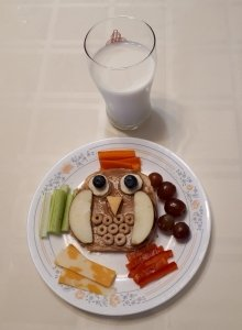 Toast decorated with fruit to look like an owl